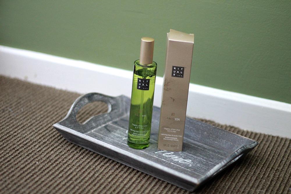 Beautyproducten op mijn nachtkastje Rituals Yin Calming Bed & Body Mist